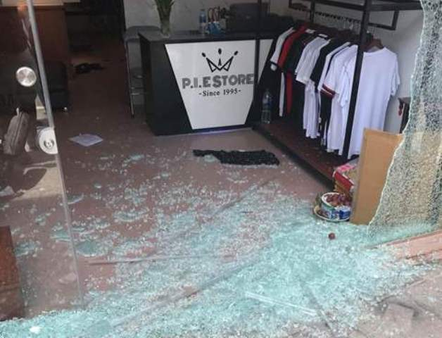Sau tiếng nổ lớn, cửa kính cường lực của tiệm quần áo vỡ tan, một nữ nhân viên bị thương nhẹ