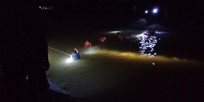 Cảnh sát PCCC triển khai tìm kiếm nạn nhân đuối nước.