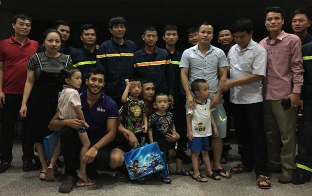 Mười người được giải cứu khỏi thang máy kẹt đã không giấu nỗi niềm vui bên lực lượng cứu hộ.