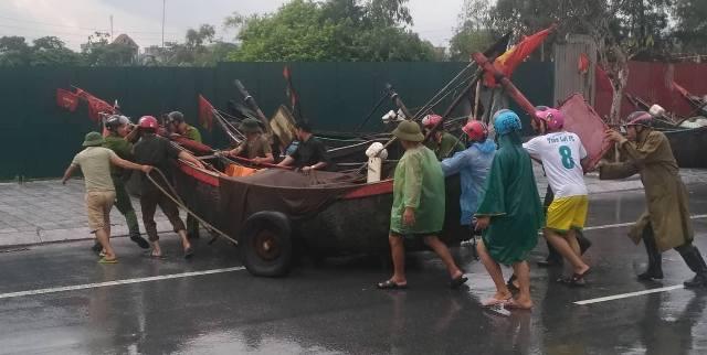 Đưa thuyền mảng tại TP Sầm Sơn về nơi tránh trú an toàn. (Ảnh: Anh Thắng)