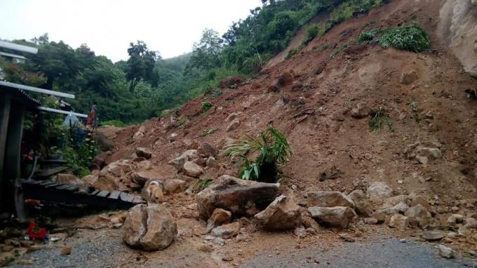 Sạt lở xảy ra tại nhiều tuyến đường, khiến giao thông huyện Mường Lát bị cô lập.