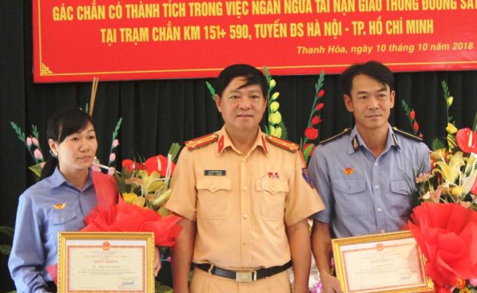 Cục CSGT trao giấy khen cho hai nhân viên gác chắn Thái Văn Thành và Trần Thị Nhẽ