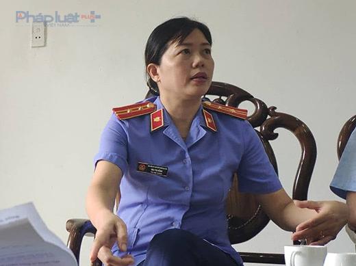 Bà Mai Thị Hồng, Phó Viện trưởng VKS Nga Sơn trao đổi với phóng viên xung quanh việc bị tố nhận 20 triệu đồng của vợ bị can. (Ảnh: A.Thắng)