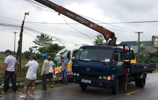 Sau khi va chạm xe máy, chiếc xe buýt đã ủi gãy cột điện.