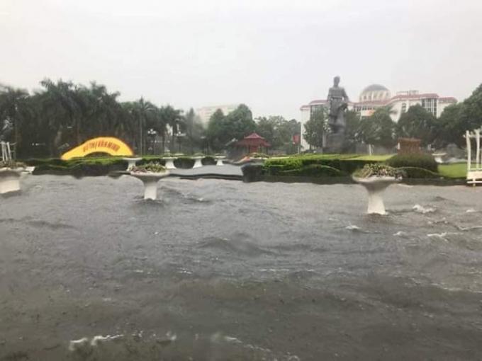 Nước ngập hơn nửa mét tại ngã tư trước tượng đài Lê Lợi.