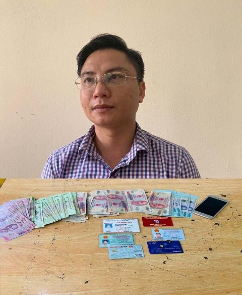 Ngô Văn Khích cùng tang vật bị bắt giữ tại cơ quan điều tra