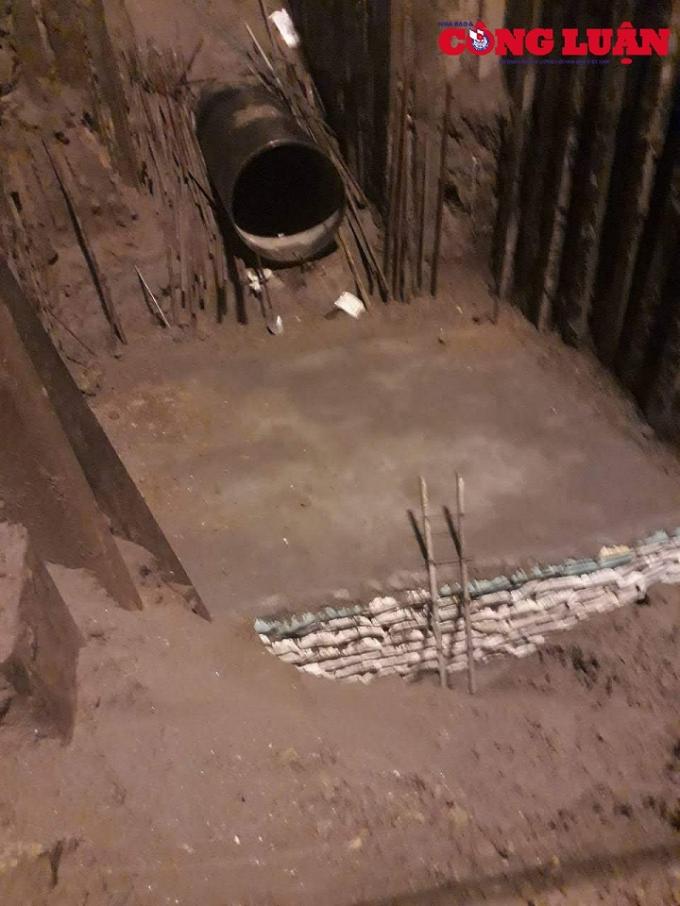Việc đổ bê tông không được ghép cốt pha mà chỉ có những bao cát dùng để chèn, chắn.
