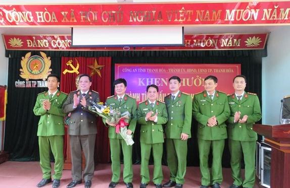 Giám đốc Công an tỉnh Thanh Hóa khen thưởng Ban chuyên án đã có thành tích xuất sắc triệt phá tổ chức tín dụng đen lớn nhất nước.