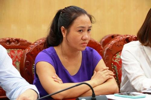 Bà Lê Thị Cúc đã lừa bán mảnh đất bằng những bìa đỏ chồng chéo lên nhau đang bị Công an Thanh Hóa điều tra.