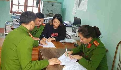 Cơ quan CSĐT đọc lệnh khởi tố và tiến hành khám nhà bà Trương Thị Linh, nguyên kế toán UBND xã Quảng Châu (TP Sầm Sơn)