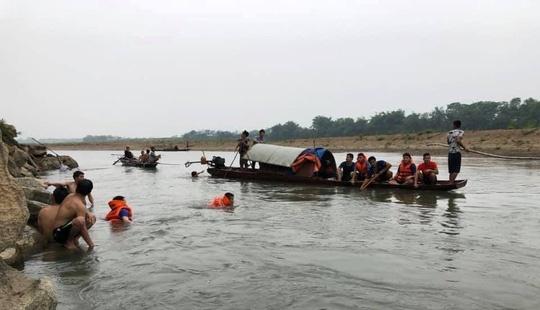 Lực lượng cứu hộ và người dân địa phương nỗ lực tìm kiếm thi thể 4 em học sinh đuối nước.