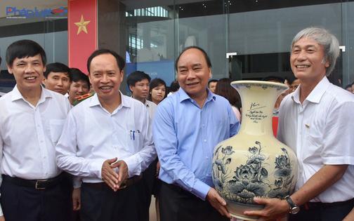 Thủ tướng tặng quà lưu niệm cho Ban tổ chức. (Ảnh: A.Thắng)