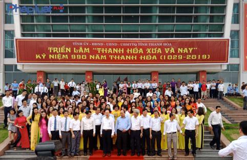 Thủ tướng chụp ảnh lưu niệm cùng lãnh đạo tỉnh và Ban tổ chức. (Ảnh: A.Thắng)