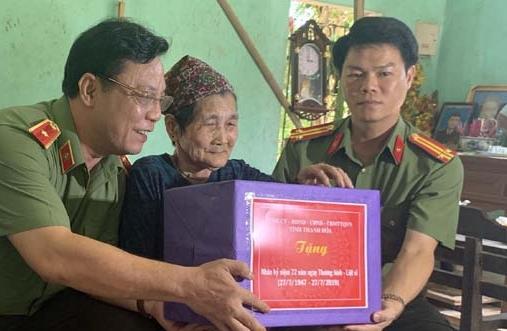 Thiếu tướng Nguyễn Hải Trung tặng quà Mẹ Việt Nam Anh hùng Hà Thị Nghé.