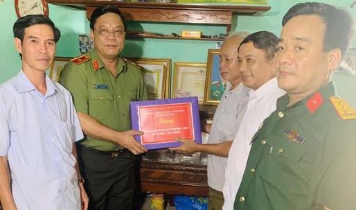 Thiếu tướng thăm, tặng quà thương binh