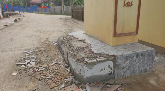 Một phần cổng làng đã bị đập phá