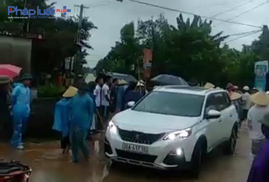 Chiếc xe ô tô chở nhóm côn đồ đến đập phá cổng làng bị người dân giữ lại