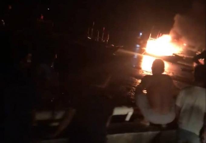Hiện trường tàu cá bốc cháy sau tiếng nổ lớn khiến 2 người chết, 7 người bị thương, 1 người mất tích