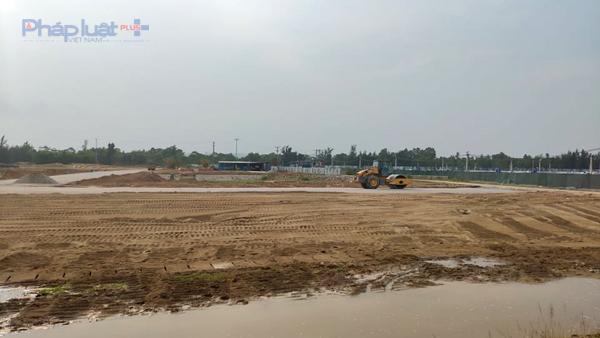 Dự án có quy mô 22 ha mới chỉ được chấp thuận chủ trương đầu tư, nhưng đã rầm rộ thi công trong tình trạng không giấy phép xây dựng. (Ảnh: A.Thắng)