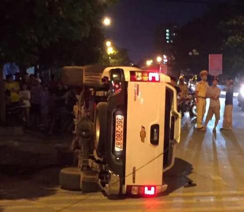 Sau khi tông 2 thanh niên đi xe máy văng lên vỉa hè, chiếc ôtô bán tải trượt dài rồi lật nghiêng.