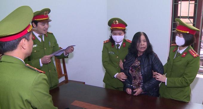 Công an Thanh Hóa đọc lệnh bắt tạm giam đối với bà Lê Thị Ngọc