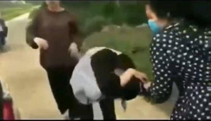 Nữ sinh lớp 11 dùng mũ bảo hiểm quật liên tiếp vào đầu nữ sinh lớp 12, sau đó bắt quỳ xuống xin lỗi. (Ảnh cắt từ clip)