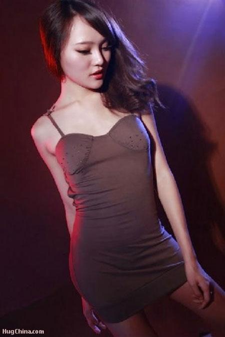Tôn Tịnh Nhã gia nhập làng giải trí năm 2011 sau khi giành giải Người mẫu quyến rũ nhất tại cuộc thi World Model Contest và lọt vào Top 10 cuộc thi dành cho các người mẫu nội y. Với gương mặt trong sáng và đáng yêu cùng thân hình gợi cảm, cô từng được đánh giá là một trong những nghệ sĩ sinh năm 1990 nổi bật nhất của làng giải trí Trung Quốc.