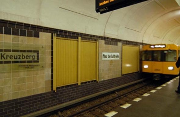 Bức tường giả ở ga Luftbrücke (Ảnh: Getty)
