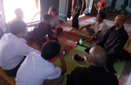 Công an xã Nguyên Khê và gia đình anh Việt đang