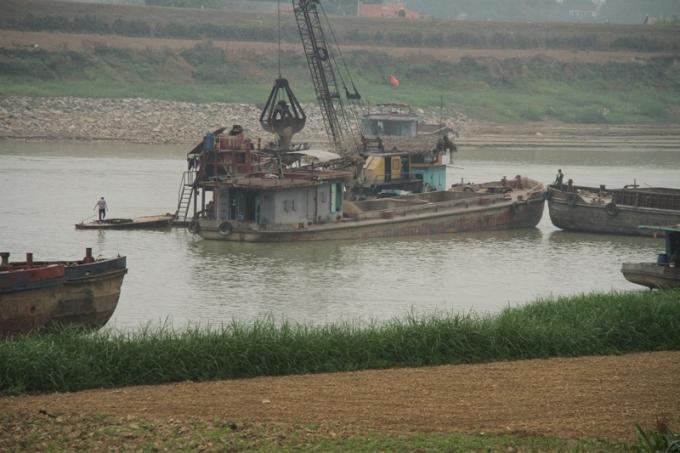 Doanh nghiệp nạo vét luồng lạch hay khai thác cát trên sông Lô?
