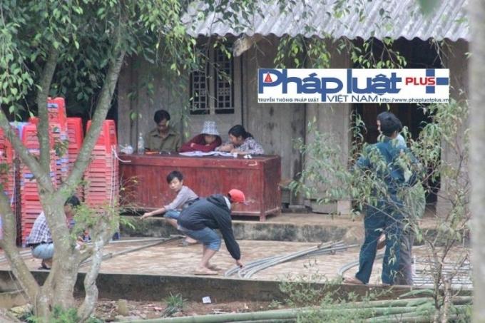 Hàng xóm có mặt từ sáng để lo hậu sự cho các nạn nhân