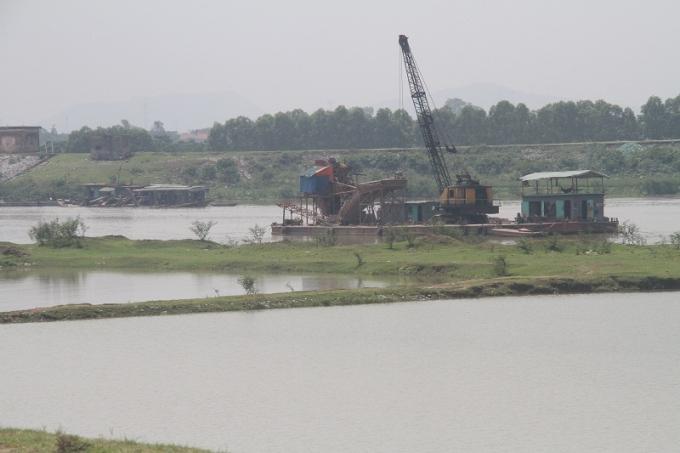 Công trường các loại tàu nạo vét kiệt khoáng sản sông Cầu