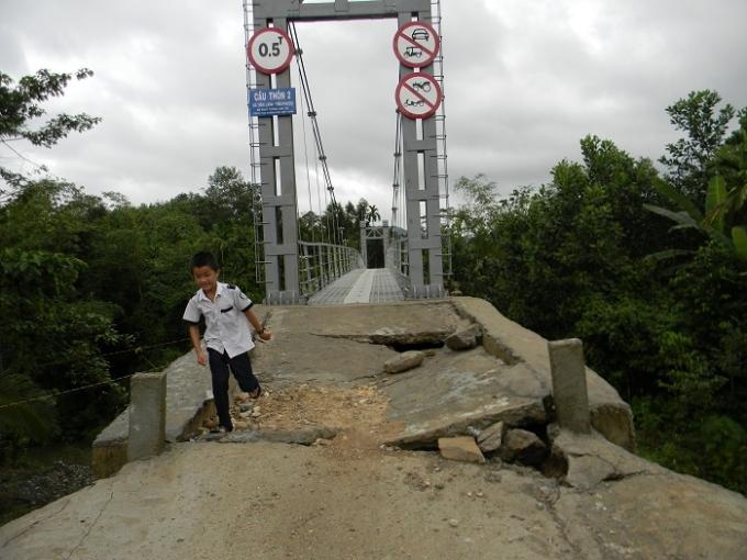 Cầu mới khánh thành đã hư sụp