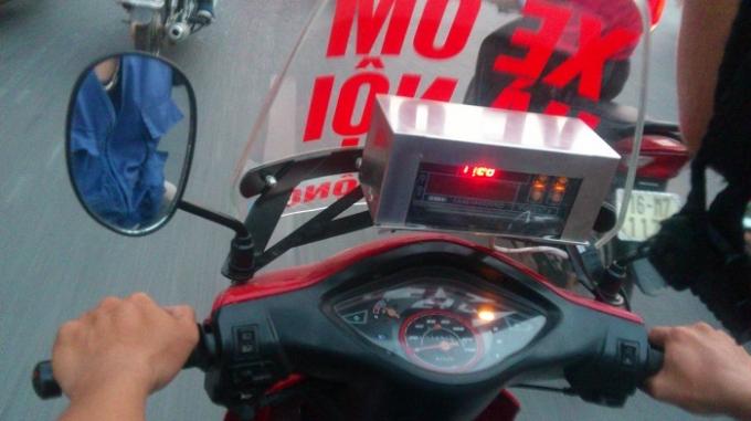 Xe ôm tự do lắp đặt đồng hồ mua ở phố Đặng Tiến Đông