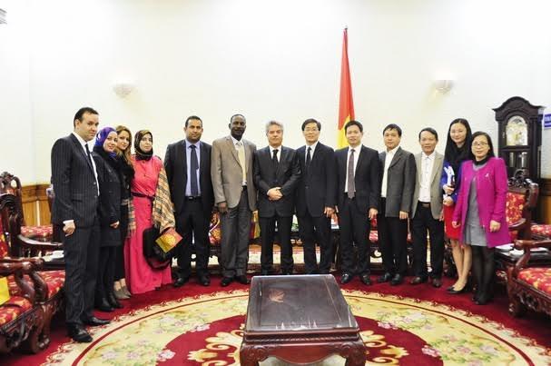 Thứ trưởng Nguyễn Khánh Ngọc và Đoàn Bộ Tư pháp Việt Nam chụp ảnh lưu niệm cùng Đoàn Bộ Tư pháp An-giê-ri.