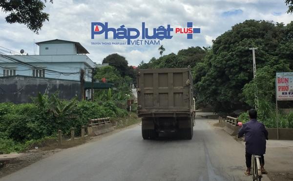 Nhiều đoạn xuống cấp do các xe tải trọng lớn chạy suốt ngày đêm.