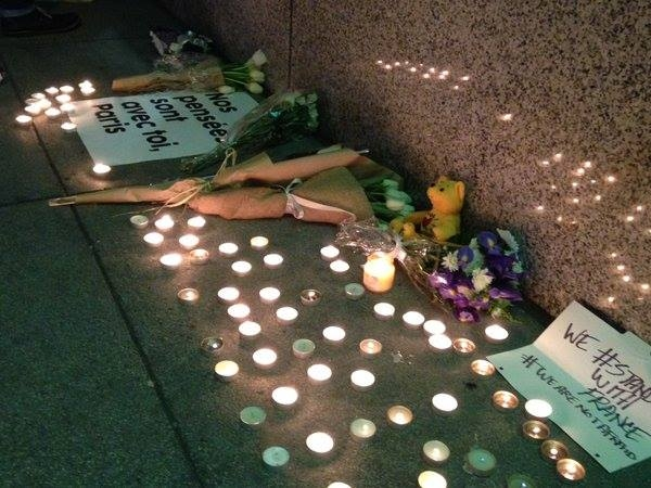 Ảnh tưởng niệm các nạn nhân xấu số tại Đại sứ quán Pháp tại San Francisco. (Ảnh:SF)