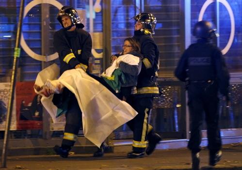 Lực lượng Cảnh sát Pháp đang đưa nạn nhân ra khỏi hiện trường khủng bố (ảnh Reuters)