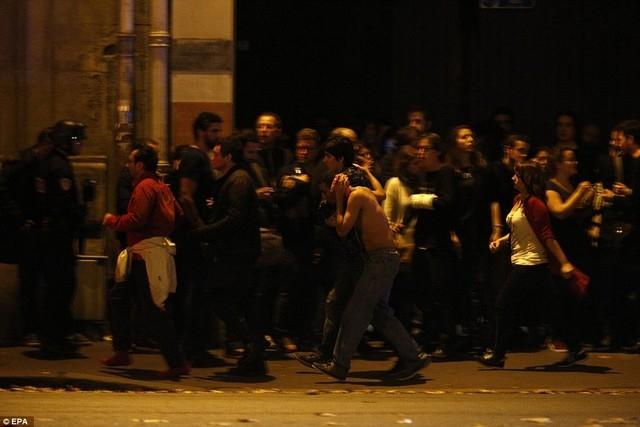 Các con tin được giải cứu khỏi nhà hát Bataclan.              Lính cứu hỏa Pháp hỗ trợ những người bị thương sau vụ xả súng. Ảnh:Reuters