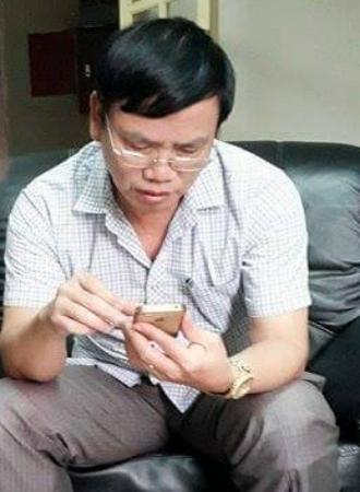 Ông Lưu Bách Chiến- Đội trưởng Đội QLTT số 2 đang xem clip tình trạng bán thuốc kích dục mà PV cung cấp