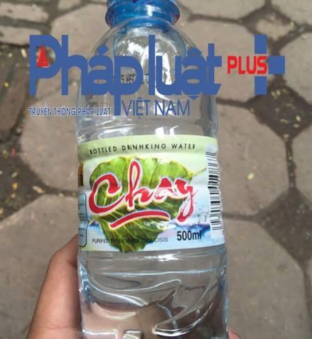Ngày sản xuất và hạn sử dụng của loại nước đóng chai nhãn hiệu Chay do Công ty Anh Đào sản xuất. (Ảnh: Đông Bắc).