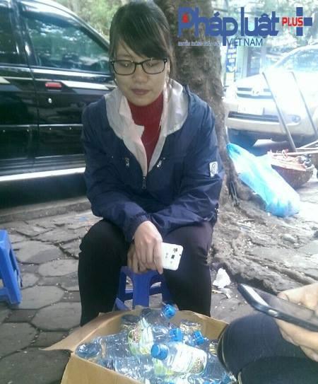 Chị Nguyễn Thị Lan, đại diện Công ty thực phẩm và đồ uống Anh Đào (Ảnh: Đông Bắc).