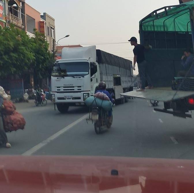 Các loại xe tải lớn chở hàng ở Thị trấn Thổ Tang (ảnh: Mộc Miên).