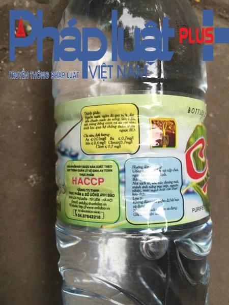 Nước bẩn đục, có chất màu trắng nổi trong chai nước nhãn hiệu Chay. (Ảnh: Đông Bắc).