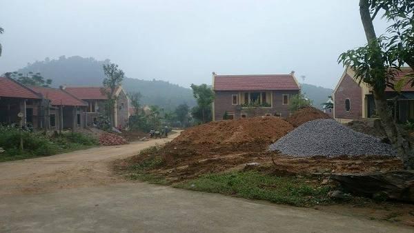 Nhiều căn biệt thự khác đang được công nhân hoàn thiện.