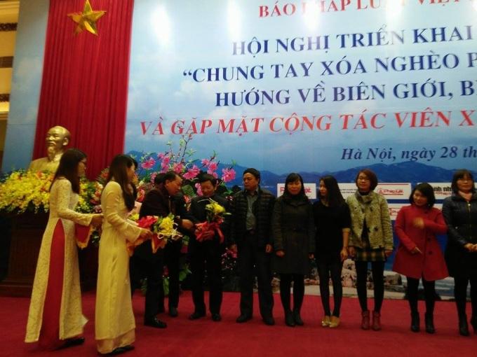TS Đào Văn Hội- Tổng Biên tập báo Pháp luật Việt Nam tặng hoa cho các cộng tác viên.
