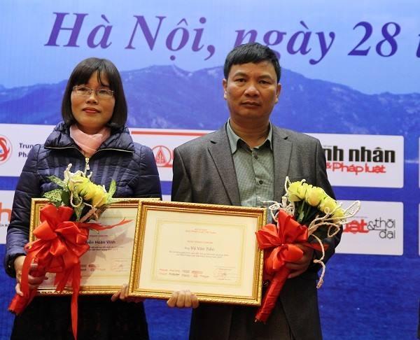 Cộng tác viên Vũ Văn Tiến và Nguyễn Thị Phương Nam nhận Giấy khen của báo Pháp luật Việt Nam.