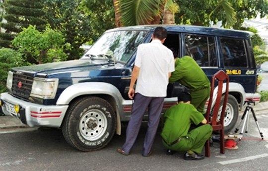 Cơ quan chức năng khám nghiệm chiếc xe ô tô của ông V.