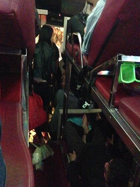 Hành khách vật vã trên chiếc xe khách Sự Chuyên.