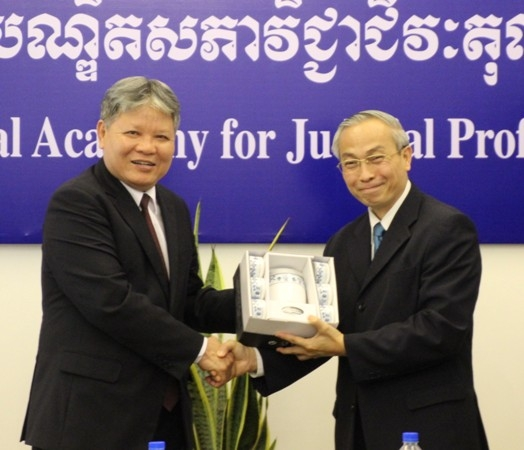 Tặng quà lưu niệm giám đốc Học viện Hoàng gia về đào tạo nghề tư pháp.